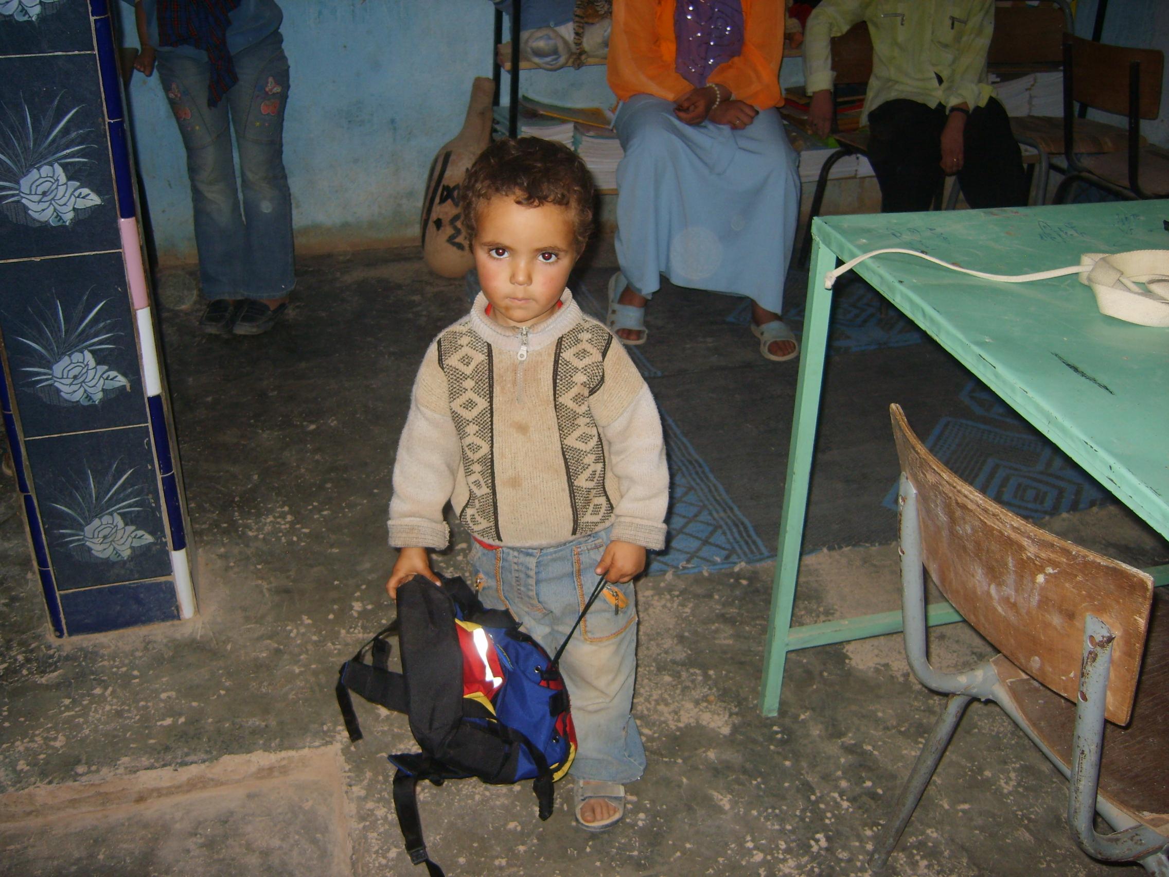Aide a la scolarisation: Distribution de fournitures scolaires aux enfant de la garderie de Taymat.