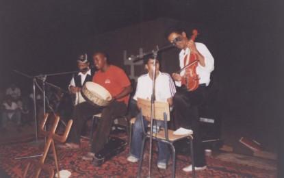 L'artiste Hemmi jeune talent de la région lors de la soirée de Taymat en 2005 à Mssici